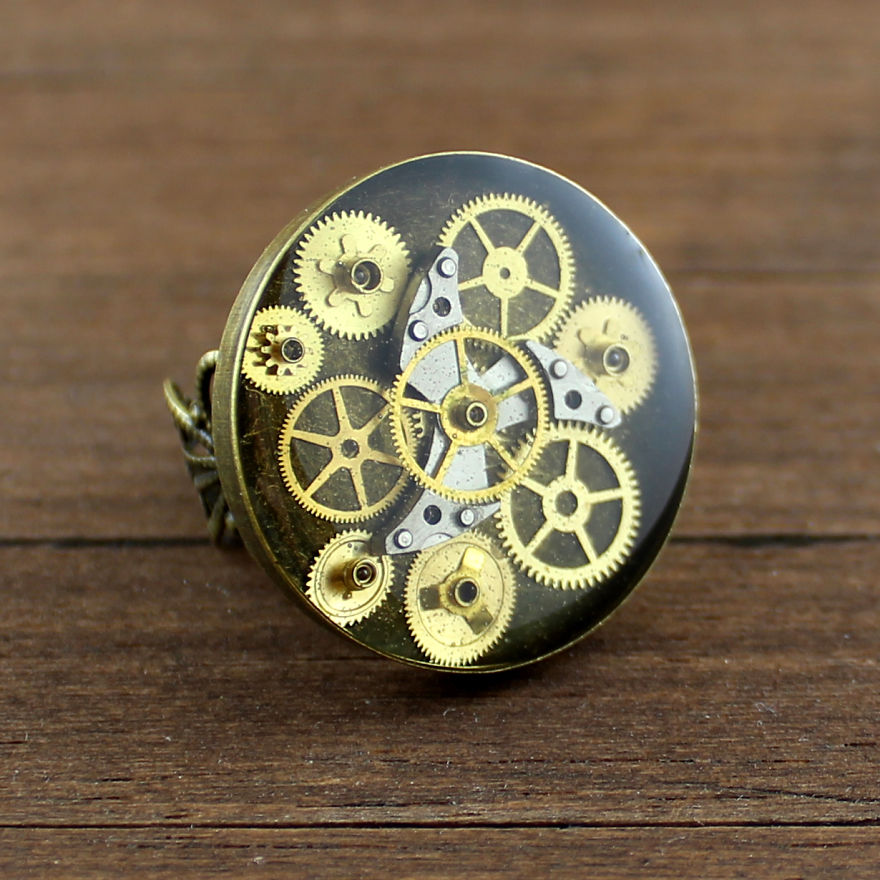 Lithuanian-Artist-Creates-Steampunk-Jewelry-Using-Old-watch-parts7__880