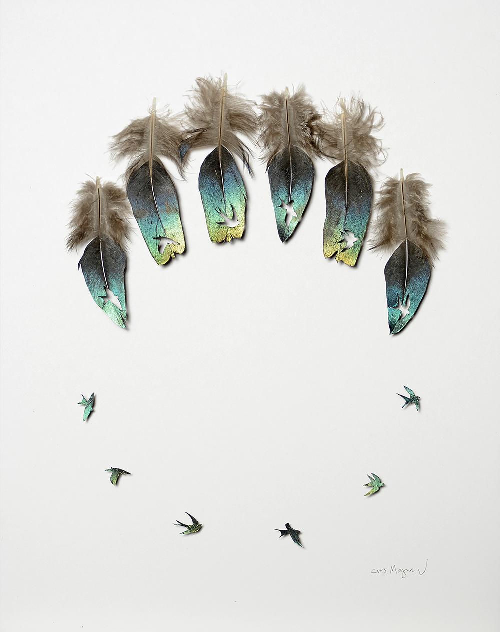 Umělec ručně vyřezává siluety ptáků z jejich peří