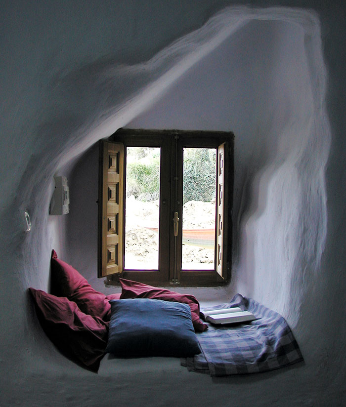 AD-Cozy-Reading-Nooks-Book-Corner-11