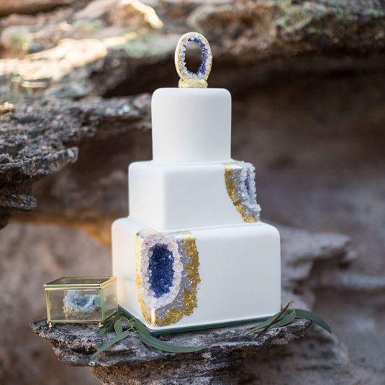 amethyst-geode-wedding-cake-trend-13-57833e23bb4f8__700