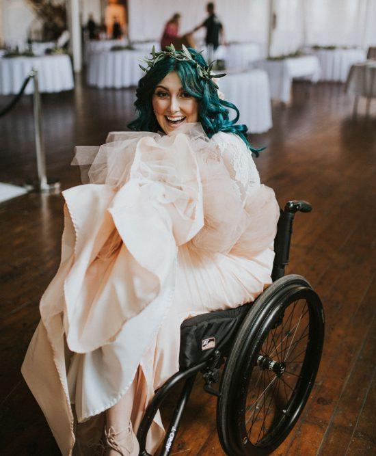 Bride-walks-down-the-isle-57b2e1136acdc__880