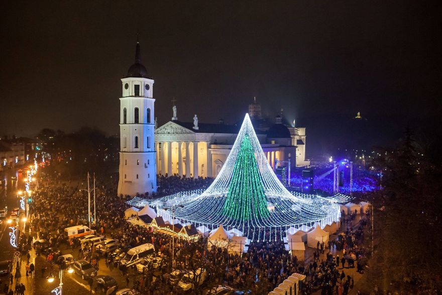christmas-tree-illuminated-by-50000-lightbulbs-opens-festive-season-in-vilnius-583d389b7b35a__880
