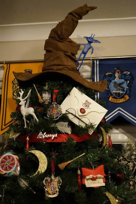harry-potter-themed-christmas-tree-will-make-your-holidays-more-magical3-805x1208