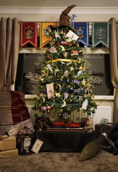 harry-potter-themed-christmas-tree-will-make-your-holidays-more-magical5-805x1172