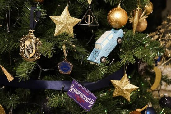 harry-potter-themed-christmas-tree-will-make-your-holidays-more-magical8-805x537